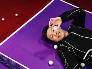 马龙躺在乒乓球台上的高清写真桌面壁纸