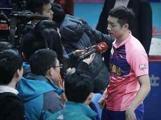 中国男乒队许昕接受采访图片