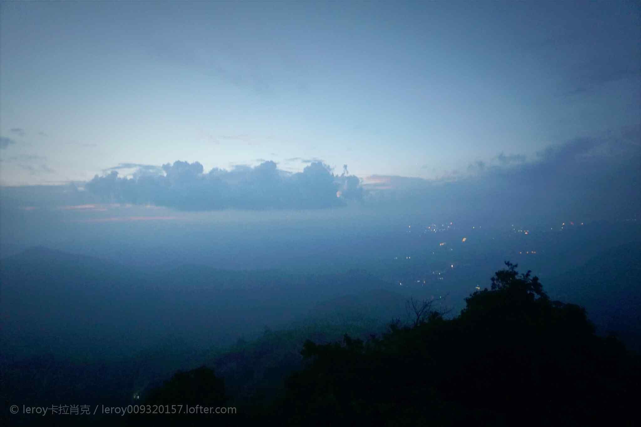 云雾缭绕的莫干山山峰桌面壁纸