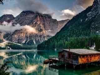 美丽幽静的山中小屋win8桌面壁纸