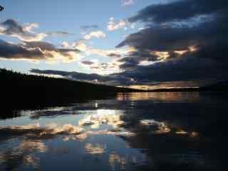 乌云与河水的融合