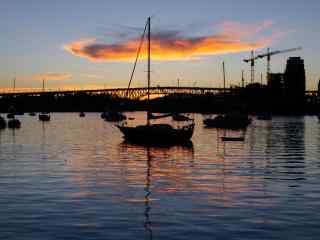唯美夕阳下小船停